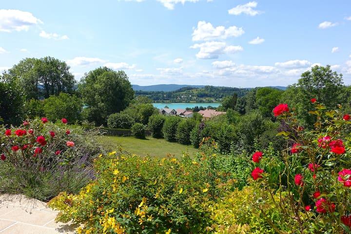 Vue imprenable sur le lac turquoise depuis la terrasse privative.