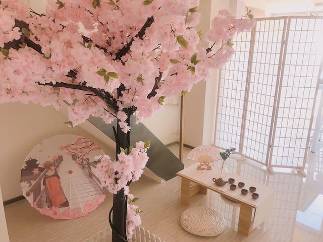 大明湖畔的和风日式复式浪漫樱花房|近动物园、大明湖、宽厚里、济南站|大屏投影 超大落地窗 复式公寓
