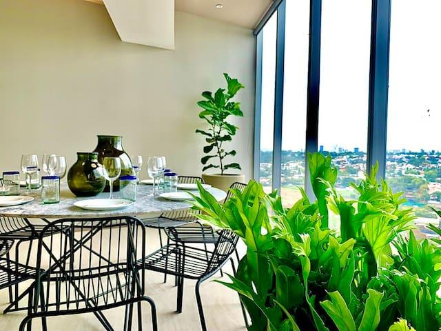"ANDARES-piso 14! Camas King, 65"" 4K Smart TV, pool"