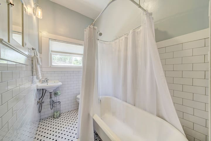 Newly remodeled bathroom and refinished original claw foot tub over a 100 years old! (shampoo, soaps and towels provided)