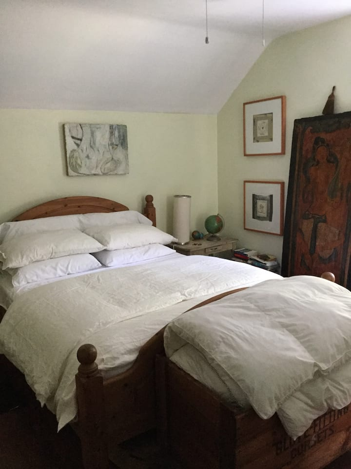 Lovely queen bed artsy house near DO exam site