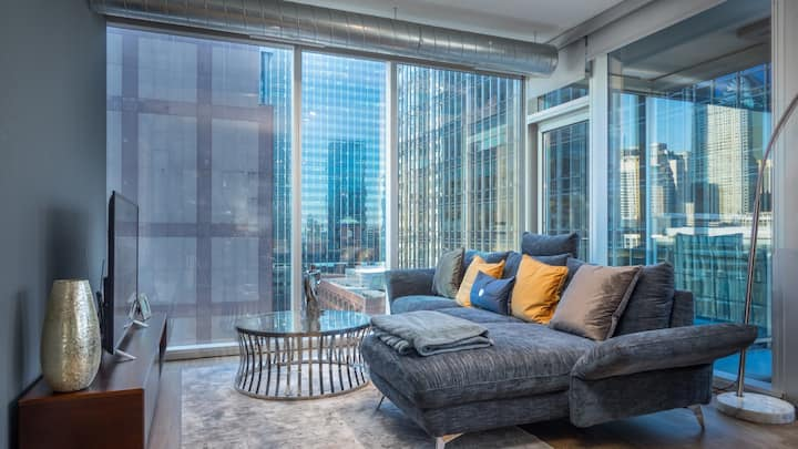 Spacious 2BD condo at the Heart of River North, fast wifi