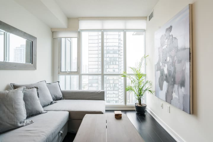 Luxurious Condo near CN Tower with FREE PARKING
