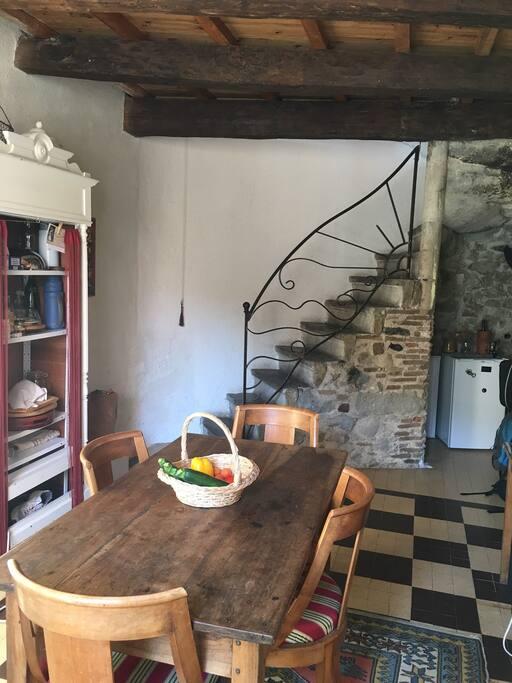 Vue de la cuisine, très vieil escalier en pierres