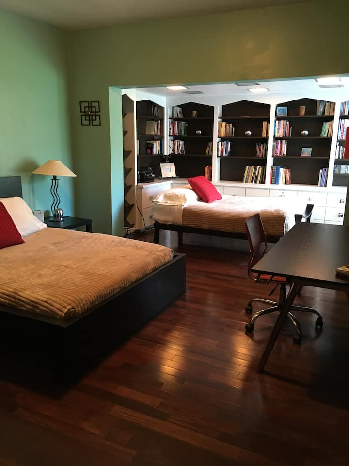 Spacious Private Room w/Library in Waterfront Home