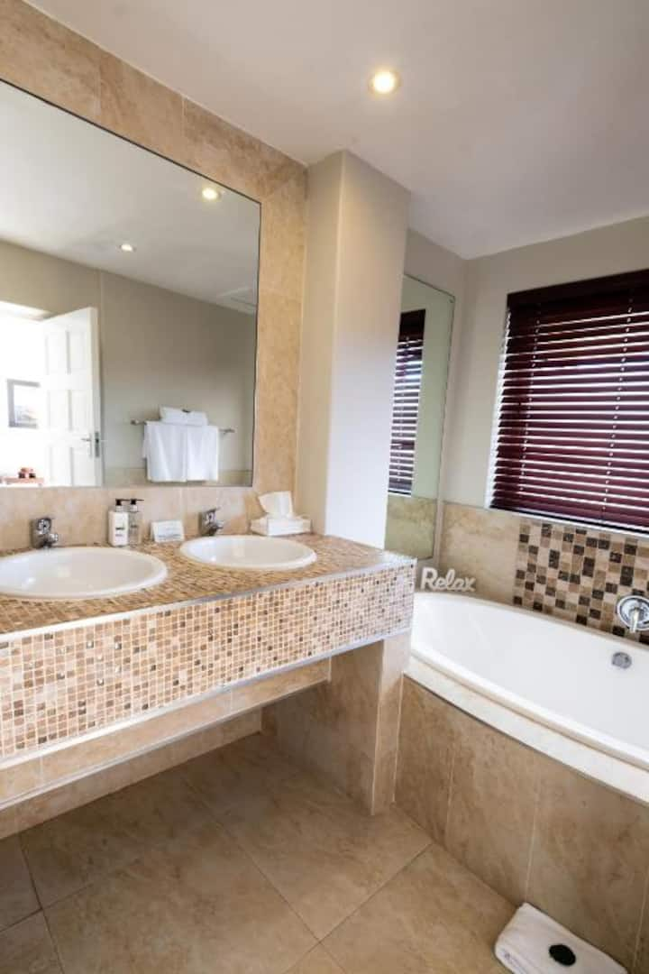 3 On Camps Bay - 2 Bedroom Luxury Apartment