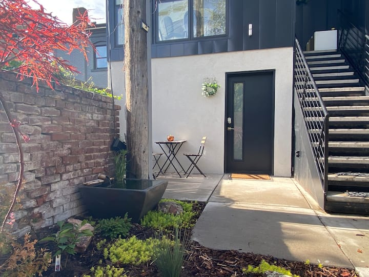 keyless cozy studio w/patio 1 mile from downtown