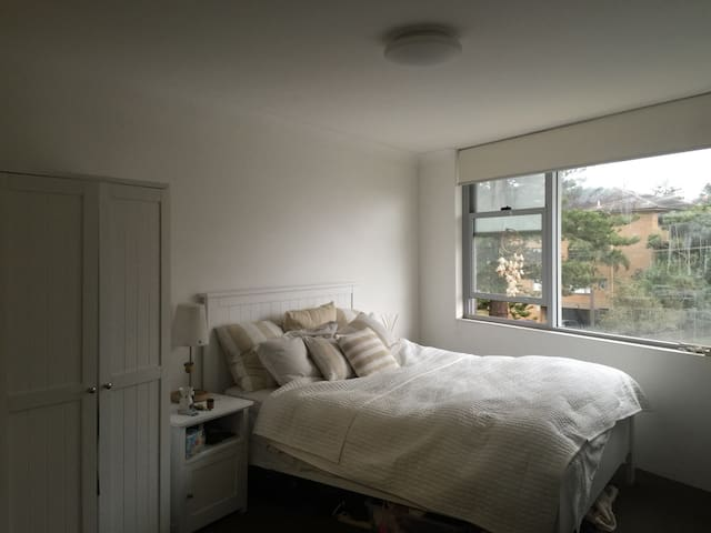 Huge beach room w/private bathroom - Manly - Apartment