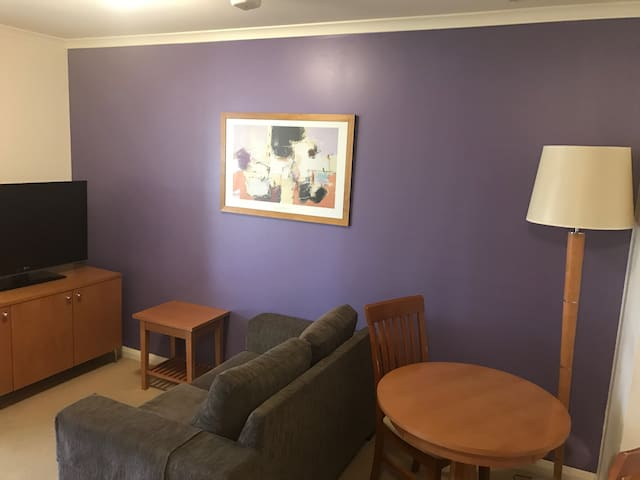 Small well-maintained apartment central Canberra. - Canberra - Apartment