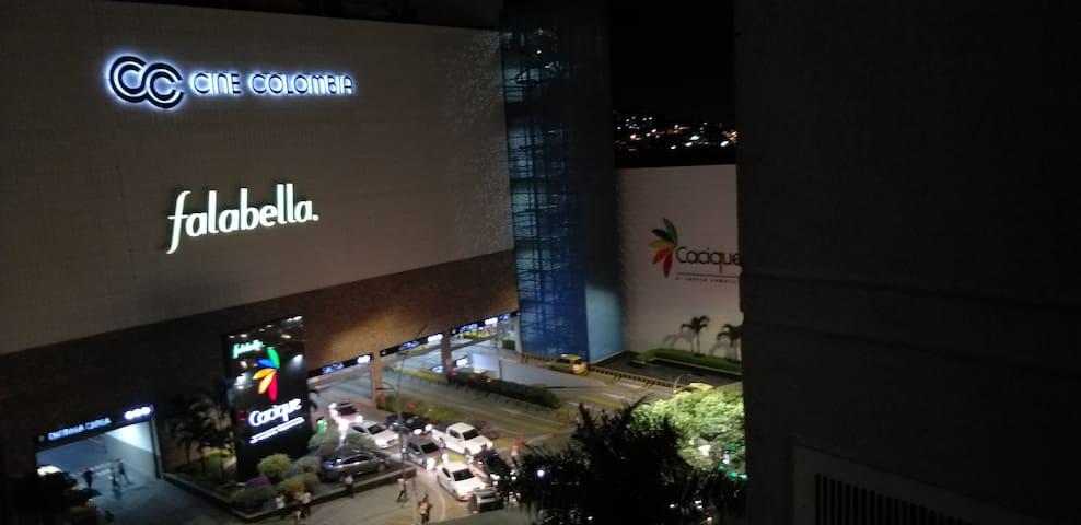 Apto moderno frente al Centro Comercial Cacique.