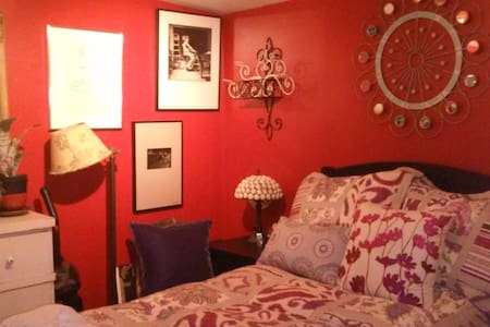 Art Room, with a cozy bed! - Riverhead