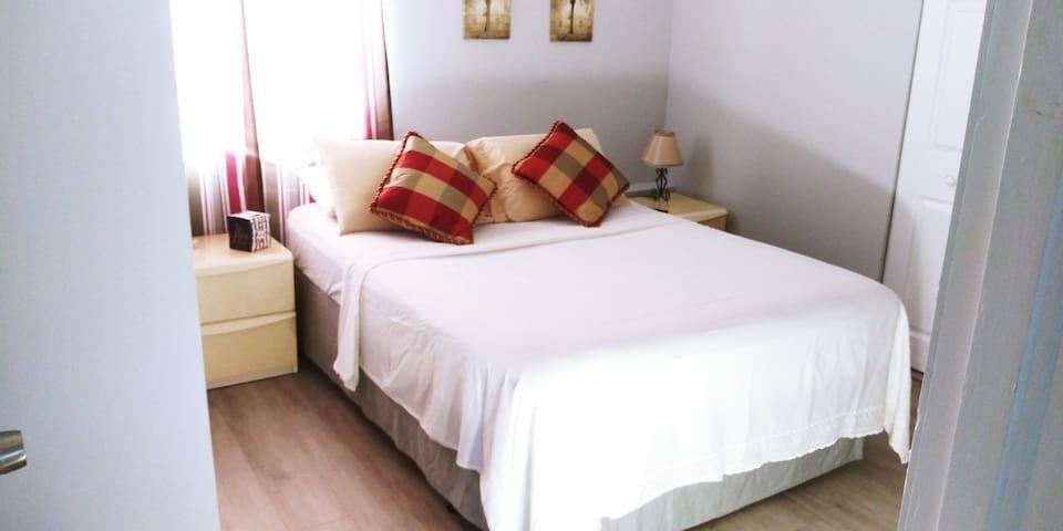 Vista de la cama en la habitación. View of the bed in the room.