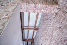 Estructura constructiva, altos techos con vigas de madera