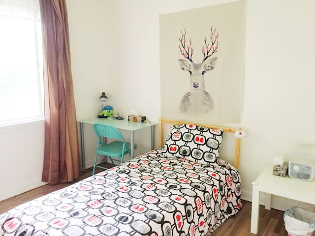 Quiet Room Near Airport & Polo Park Mall & DT.