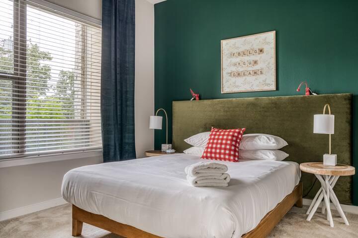 BR1; Queen bed