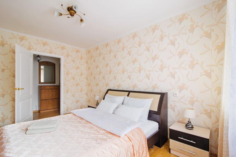Спальня с выходом на балкон , двухспальная кровать , ЖК телевизор.