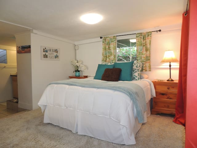 Tropical Studio Steps To The Beach In Kailua!