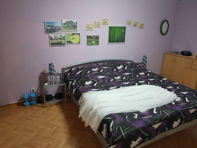 Zimmer mit riesigem Doppelbett