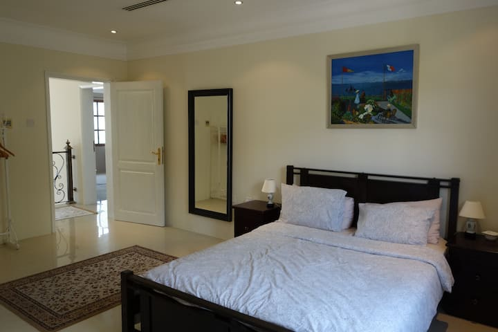 Spacious Master Bedroom in Beautiful Compound. B&B