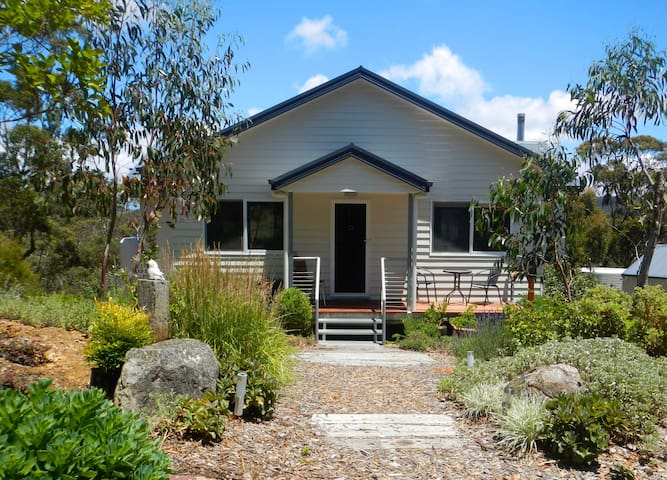 Snowgums | Spacious, Modern & Private Half House - Katoomba - Bed & Breakfast