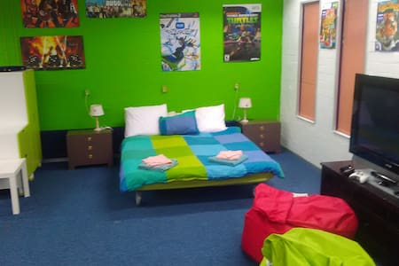 Very large room with private street entrance. - Eindhoven - 家庭式旅館