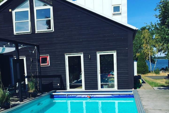 Modernt sjönära hus i vackra Timmernabben