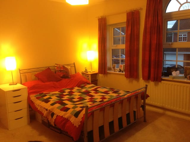 Spacious double bedroom with en-suite bathroom - Maldon