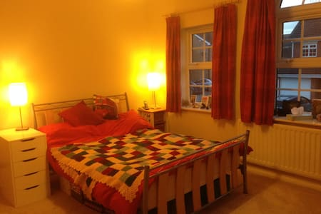 Spacious double bedroom with en-suite bathroom - Maldon - House