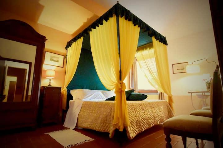 Romantic room in Tuscan villa