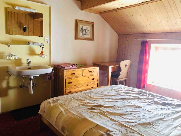 Zimmer in historischem Gebäude. Restaurant im Haus