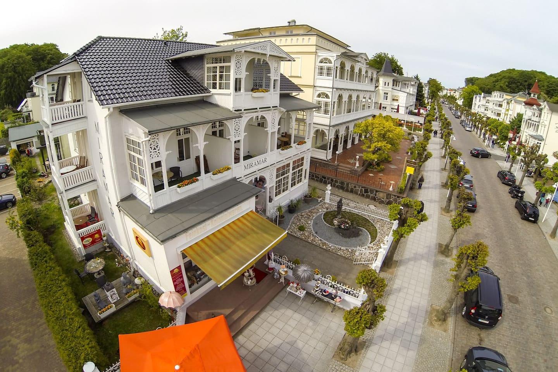 Wellness Villa Miramar Luftaufnahme, Staße führt zum Strand und Seebrücke