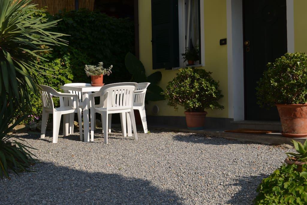 Tavolo e sedie all'esterno.