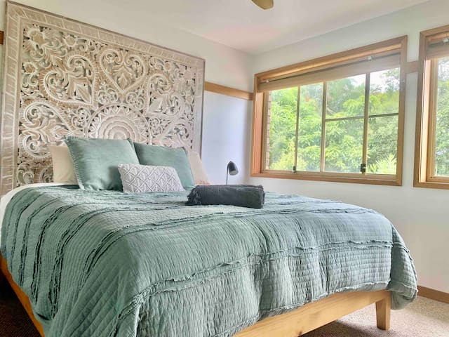Master bedroom with king size memory foam mattress & high thread count linen. Within the master bedroom retreat is also a en-suite bath and private balcony with bathtub.