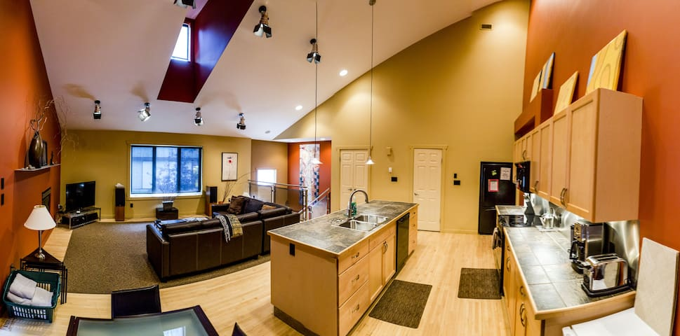 Room In Stylish Mountain Villa w/Hot Tub