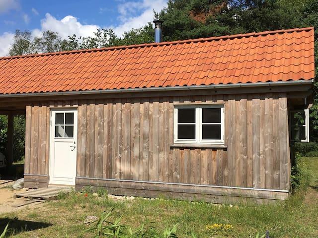 Træhus i naturomgivelser.