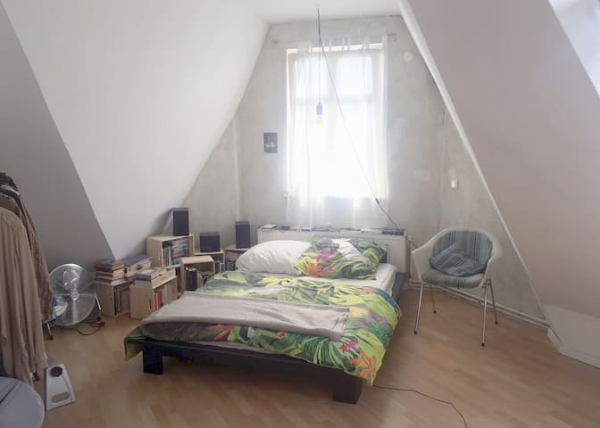 lovely room -top floor flat with terrace -Neukolln