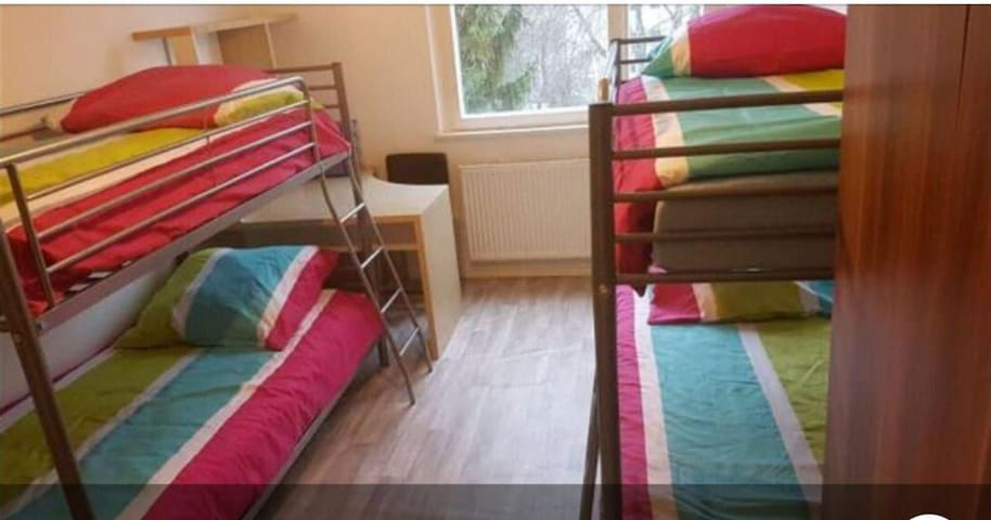 Shared 4 GIRLS ROOm in Kreuzberg-Mehringdamm 2