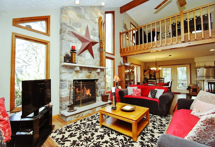 La Maison De Reunion-a well-crafted 4 bed 2 bath chalet in Pocono Pines