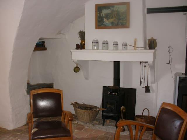 Chambre et pièce à vivre indépendantes, cheminée. - Upaix - Ziemianka