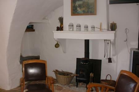 Chambre et pièce à vivre indépendantes, cheminée. - Upaix