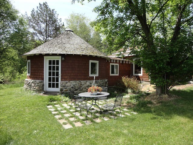 COZY ROUND HOUSE - Lansing - Cabin