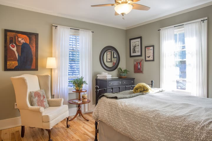 Charming apartment - walk downtown