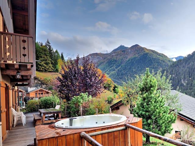 15p chalet, 7 ensuite bedrooms, sauna, hot tub