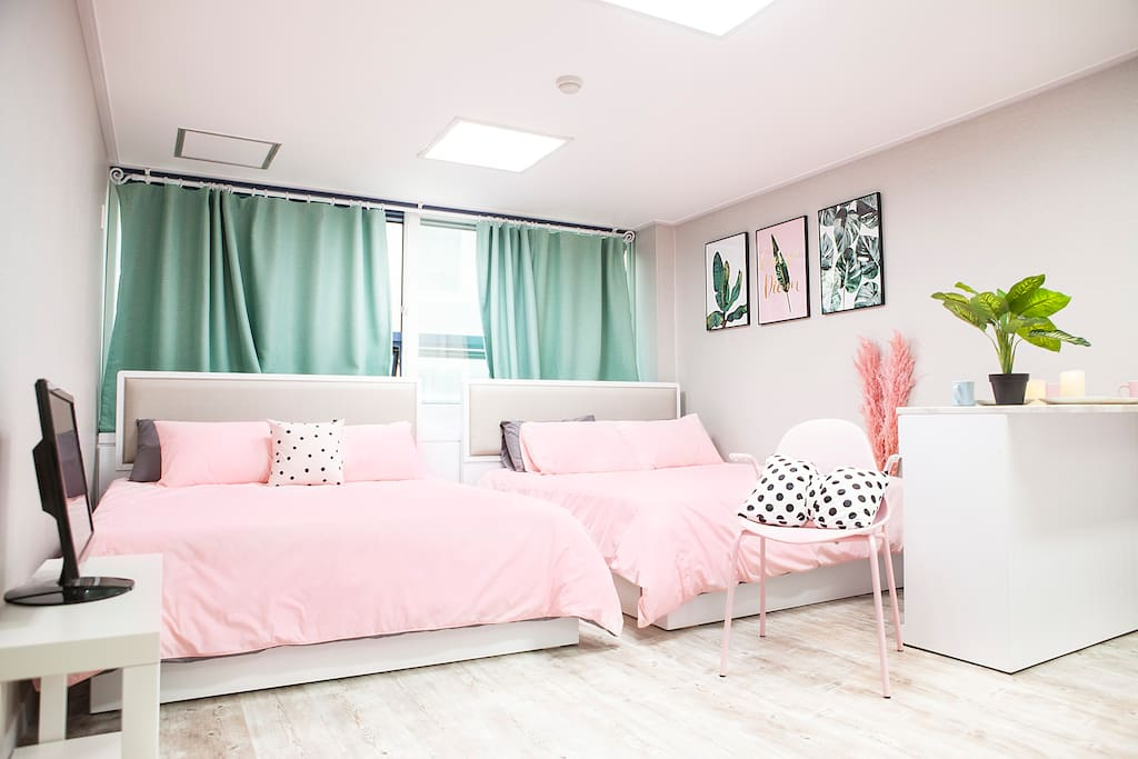 Two queen bed. Up to 4 people. There is the additional charge over 2 people. Please check it.