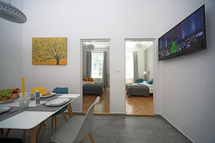 3 bdr, 2 bath Design home 3A/C+Free Parking+Quite
