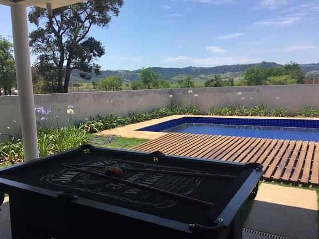 Casa em condomínio fechado com piscina