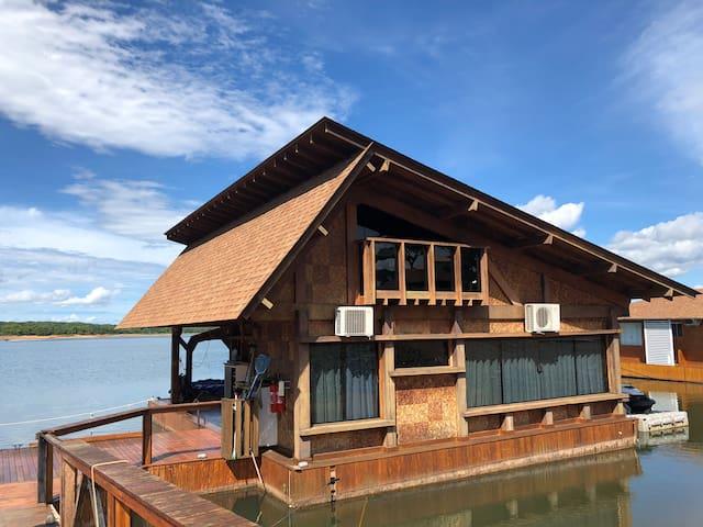 Casa flutuante no Manso