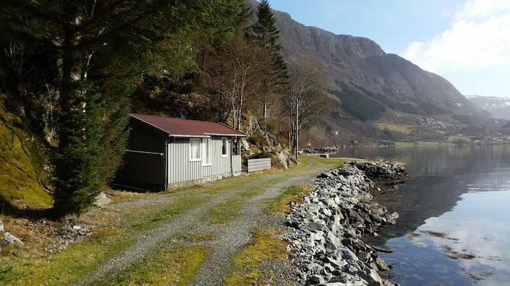 Hytte ved fjorden.