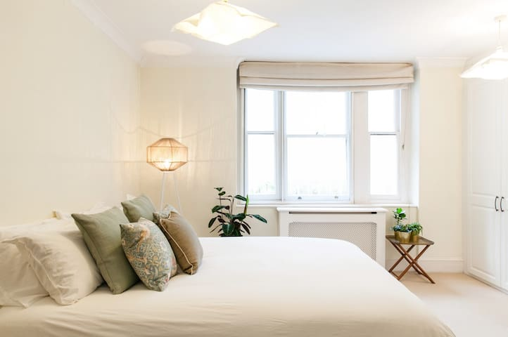 Spacious, Clean in Notting Hill with Lush Garden