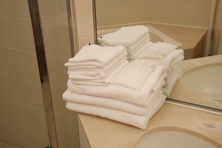歯ブラシ・ハンドタオル・バスタオルなどアメニティー(各リネン)を取り揃えております。/ We have amenity (each linen) such as toothbrush, hand towel, bath towel. / 칫솔 및 치약・핸드타월・목욕타월등 각종 비품을 준비해두었습니다. / 附有牙刷,毛巾,大浴巾等,住宿需要的備品